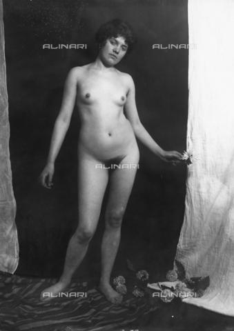 GWN-F-001961-0000 - Nude female with a flower - Data dello scatto: 1895 - 1905 - Archivi Alinari, Firenze
