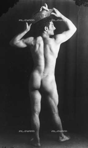 GWN-F-002002-0000 - Full-length nude portrait of a man seen from the rear, holding a basket on his head - Data dello scatto: 1895 - 1905 - Archivi Alinari, Firenze