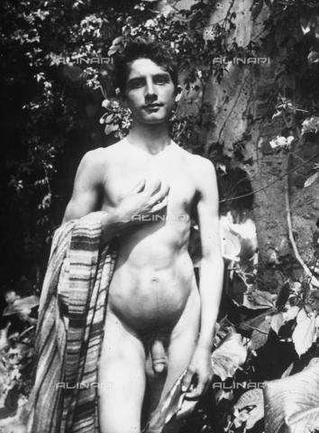GWN-F-002066-0000 - Full-length portrait of a nude youth posing a hand on his chest - Data dello scatto: 1895 - 1905 - Archivi Alinari, Firenze