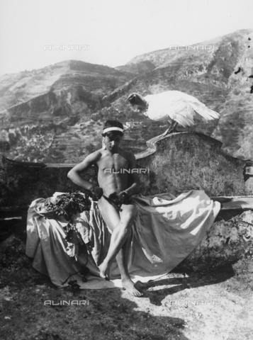 GWN-F-002101-0000 - Youth poses on a panoramic terrace - Data dello scatto: 1895 - 1905 - Archivi Alinari, Firenze