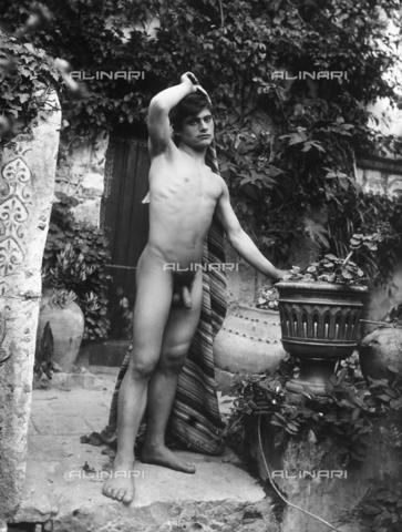 GWN-F-002149-0000 - Young man in artistic nude pose, in a garden - Data dello scatto: 1895 - 1905 - Archivi Alinari, Firenze