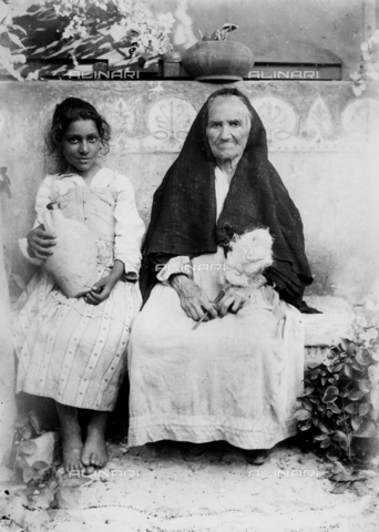 GWN-F-002689-0000 - Elderly spinner poses next to a young girl with an amphora - Data dello scatto: 1895 - 1905 - Archivi Alinari, Firenze