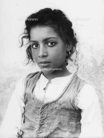 GWN-F-002696-0000 - Portrait of a Sicilian girl - Data dello scatto: 1895 - 1905 - Archivi Alinari, Firenze