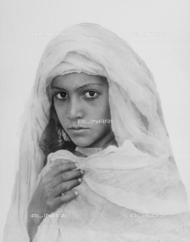GWN-F-002705-0000 - Portrait of a Sicilian girl with a veil - Data dello scatto: 1895 - 1905 - Archivi Alinari, Firenze