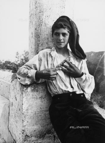 GWN-F-002712-0000 - Portrait of a Sicilian youth in traditional dress - Data dello scatto: 1895 - 1905 - Archivi Alinari, Firenze
