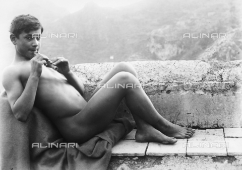 GWN-F-002755-0000 - Portrait of nude youth playing the flute - Data dello scatto: 1895 - 1905 - Archivi Alinari, Firenze