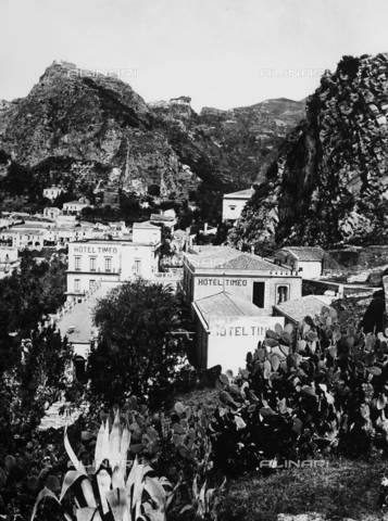 GWN-F-002756-0000 - Panorama of Taormina - Data dello scatto: 1895 - 1905 - Archivi Alinari, Firenze
