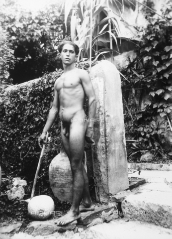 GWN-F-002808-0000 - Full-length portrait of a nude youth in a garden of Taormina - Data dello scatto: 1895 - 1905 - Archivi Alinari, Firenze