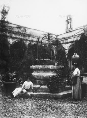 GWN-F-002880-0000 - Courtyard with well - Data dello scatto: 1895 - 1905 - Archivi Alinari, Firenze