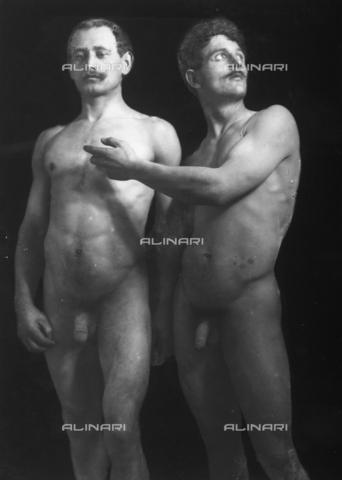 GWN-F-003007-0000 - Two nude men in a plastic pose - Data dello scatto: 1895 - 1905 - Archivi Alinari, Firenze