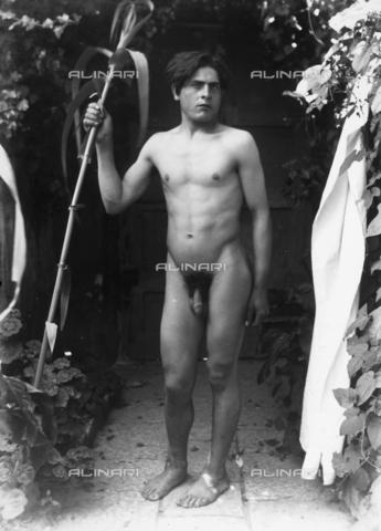 GWN-F-003014-0000 - Full-length nude portrait of a young man holding a plant cane in one hand - Data dello scatto: 1895 - 1905 - Archivi Alinari, Firenze
