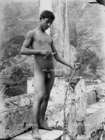 GWN-F-003024-0000 - Full-length nude portrait of a youth holding a flute in one hand - Data dello scatto: 1895 - 1905 - Archivi Alinari, Firenze