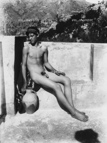 GWN-F-003033-0000 - Nude youth poses seated next to an amphora, evoking an atmosphere of ancient Greece - Data dello scatto: 1895 - 1905 - Archivi Alinari, Firenze