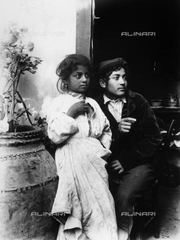 GWN-F-003088-0000 - Portrait of young Sicilians in traditional dress - Data dello scatto: 1895 - 1905 - Archivi Alinari, Firenze