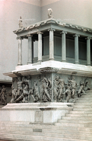 HIP-S-000134-3542 - Pergamon Altar, detail, Pergamonmuseum, Berlin - Art Media / Heritage Images /Alinari Archives, Florence
