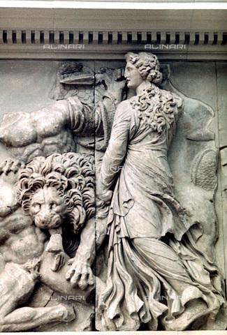 HIP-S-000134-3544 - Pergamon Altar, detail, Pergamonmuseum, Berlin - Art Media / Heritage Images /Alinari Archives, Florence