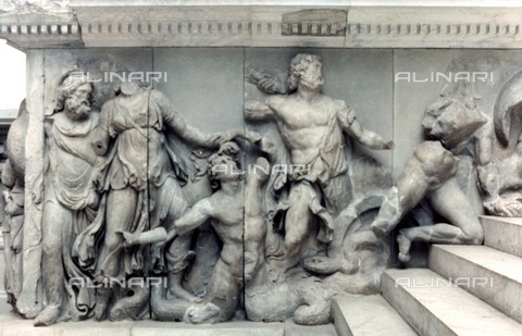 HIP-S-000134-3546 - Pergamon Altar, detail, Pergamonmuseum, Berlin - Art Media / Heritage Images /Alinari Archives, Florence