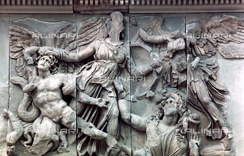 HIP-S-000134-3549 - Pergamon Altar, detail, Pergamonmuseum, Berlin - Art Media / Heritage Images /Alinari Archives, Florence