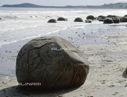 HIP-S-000233-0315 - Stone boulders on the beach at Moeraki Point, South Island, New Zealand. According to Maori myth they are calabashes and food baskets washed ashore from the wreck of the ancestral canoe, Arai-te-uru - Werner Forman Archive / Heritage Images /Alinari Archives, Florence