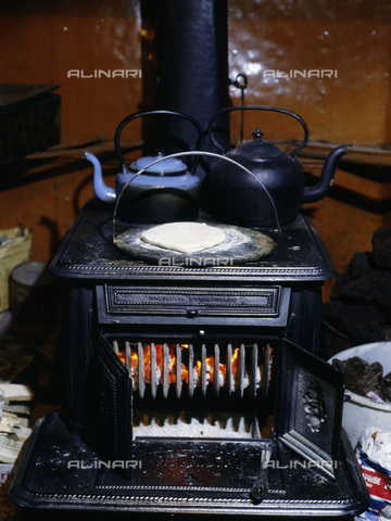 HIP-S-000233-0358 - Stove in a croft, Flotta, Orkney, Scotland - Werner Forman Archive / Heritage Images /Alinari Archives, Florence