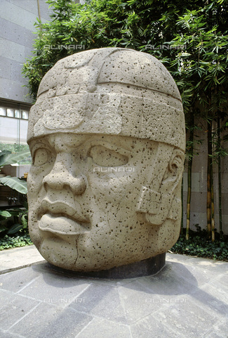 HIP-S-000235-6972 - Colossal Olmec head, now at the Jalapa Museum, Veracruz, Mexico, 1250-900 BC. Such heads often weighing many tons are thought to represent individual rulers, possibly deified and worshipped as ancestors. - Heritage Images /Alinari Archives, Florence, Werner Forman Archive/ N.J.Saunders