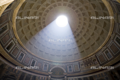 HIP-S-000236-8670 - Interior of the Pantheon, Rome - Samuel Magal / Sites & Photos / Heritage Images /Alinari Archives, Florence