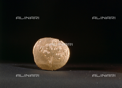HIP-S-000256-8610 - Gold coin bearing the abbreviated name of King Verica and the image of a vine leaf. Country of Origin: Britain. Culture: Celtic, 1st C AD. British Museum, London - Werner Forman Archive / Heritage Images/Archivi Alinari, Firenze