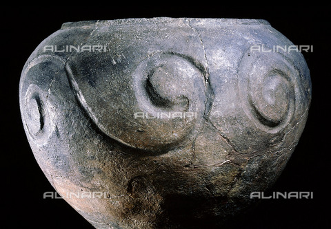 HIP-S-000256-8632 - Pot, characteristic of the ceramic work from Maiden Castle. Dates from between the 3rd C BC and the Roman conquest. Country of Origin: Britain. Culture: Celtic. Dorset Nat. Hist & Arch. Soc. - Werner Forman Archive / Heritage Images/Archivi Alinari, Firenze