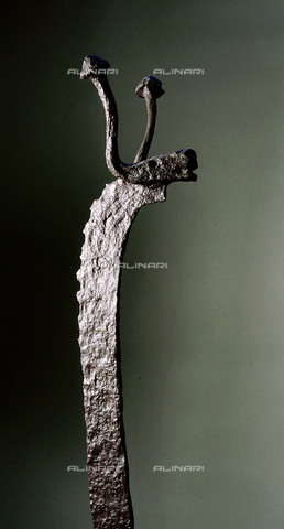 HIP-S-000256-8642 - Detail of the upper end of a wrought-iron fire-dog in the shape of a stylized bovine animal with balled horns. Discovered at Welwyn, Herts. Country of Origin: Britain. Culture: Celtic, 1st C BC. British Museum, London - Werner Forman Archive / Heritage Images/Archivi Alinari, Firenze
