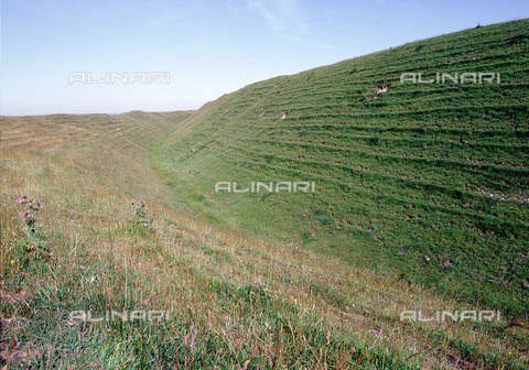 HIP-S-000256-8648 - The fortress of Maiden Castle, Dorset. Built in stages from the 3rd century onwards. The complexity of the defensive system around the forty-five acre site is probably connected with the development of the sling as a military weapon from the 2nd C BC Country of Origin: Britain. Culture: Celtic. - Werner Forman Archive / Heritage Images/Archivi Alinari, Firenze