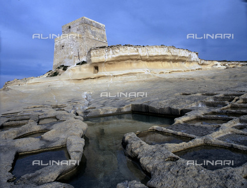 HIP-S-000256-8669 - Watch tower at Xlendi, limestone formations and ancient salt pans. The tower was built in 1658 to protect the entrance to the bay. Country of Origin:Malta. Place of Origin:Marsalforn, Gozo. - Werner Forman Archive / Heritage Images/Archivi Alinari, Firenze