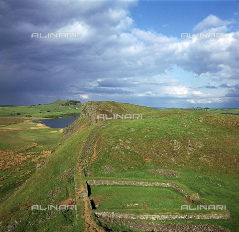 HIP-S-000258-6863 - Hadrian's Wall froma Peel Crags looking east to Milecastle and Crag Lough beyond, Northumberland - Data dello scatto: 1994 - CM Dixon / Heritage Images /Alinari Archives, Florence