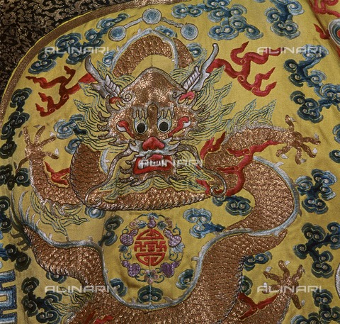 HIP-S-000258-7336 - Dragon, detail of the court dress of the Chinese emperor in 19th century embroidered yellow silk, Victoria and Albert Museum, London - CM Dixon / Heritage Images /Alinari Archives, Florence