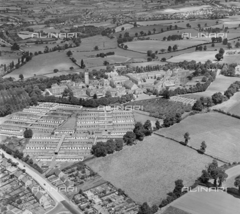 HIP-S-000266-7817 - Barnsley Hall Hospital for Nervous and Mental Diseases, Bromsgrove, Worcestershire, 1952. Designed by George Thomas Hine and opened in 1907, since closure in 1966 it has now mostly been demolished. From the Aerofilms Collection - Data dello scatto: 1952 - Historic England Archive / Heritage Images /Alinari Archives, Florence