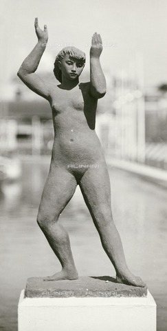 HIP-S-000266-7825 - Sculpture by Karin Jonzen of a female nude, Festival of Britain, South Bank, London, 1951. Located at the end of the Waterways section of the exhibition site - Data dello scatto: 1951 - Historic England Archive / Heritage Images /Alinari Archives, Florence