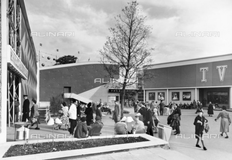 HIP-S-000266-7826 - Homes and Gardens Pavilion, Festival of Britain site, South Bank, Lambeth, London, 1951. Exterior view of the pavilion, with part of the Television Display on the right - Data dello scatto: 1951 - Historic England Archive / Heritage Images /Alinari Archives, Florence
