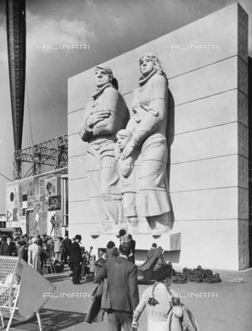 HIP-S-000266-7827 - The Islanders', sculpture by Siegfried Charoux, Festival of Britain site, South Bank, Lambeth, London, 1951. The sculpture was exhibited on the River Walk at the festival site - Data dello scatto: 1951 - Historic England Archive / Heritage Images /Alinari Archives, Florence