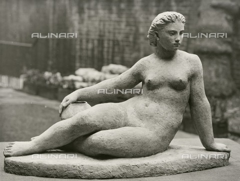 HIP-S-000266-7838 - Sculpture by Karin Jonzen of a female nude, Festival of Britain, South Bank, London, 1951. This terracotta work is one of the sculpture commissions made by the Arts Council for the exhibition - Data dello scatto: 1951 - Historic England Archive / Heritage Images /Alinari Archives, Florence