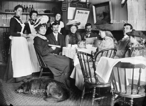 HIP-S-000266-7843 - Wood's Restaurant, Berwick-upon-Tweed, Northumberland, 1902. Interior view with a group seated at a table and waiting staff - Data dello scatto: 1902 - Historic England Archive / Heritage Images /Alinari Archives, Florence