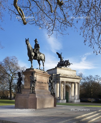 HIP-S-000266-7853 - Statue of the Duke of Wellington and the Wellington Arch, London, c2015. Bronze equestrian statue designed in 1888 by Joseph Edgar Boehm. The triumphal arch was designed by Decimus Burton and was completed in 1830 - Historic England Archive / Heritage Images /Alinari Archives, Florence