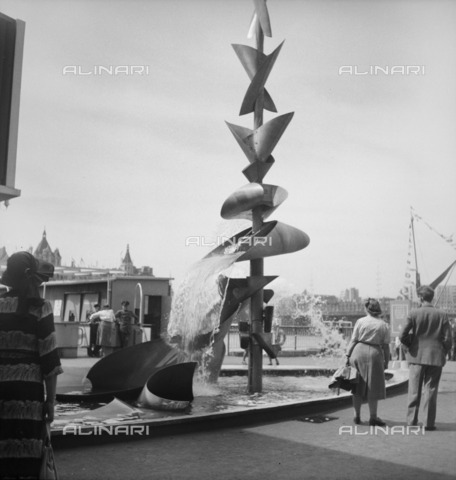 HIP-S-000266-7858 - Water Mobile', sculpture by Richard Huws, Festival of Britain, South Bank, Lambeth, London, 1951 - Data dello scatto: 1951 - Historic England Archive / Heritage Images /Alinari Archives, Florence