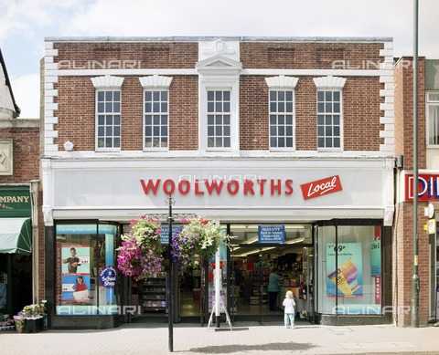 HIP-S-000266-7863 - Woolworths shop front, 6-8 The Homend, Ledbury, Herefordshire, 2000 - Data dello scatto: 2000 - Historic England Archive / Heritage Images /Alinari Archives, Florence