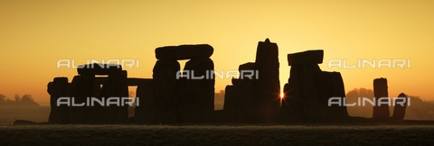 HIP-S-000266-7870 - Stonehenge, Wiltshire, at sunrise, c2012 - Data dello scatto: 2012 - Historic England Archive / Heritage Images /Alinari Archives, Florence