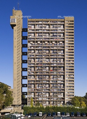 HIP-S-000266-7871 - Trellick Tower, 5 Golborne Road, North Kensington, London, 2010. General view of elevation. A Brutalist Grade II Listed block of flats designed by Erno Goldfinger and built between 1968 and 1972 - Data dello scatto: 2010 - Historic England Archive / Heritage Images /Alinari Archives, Florence