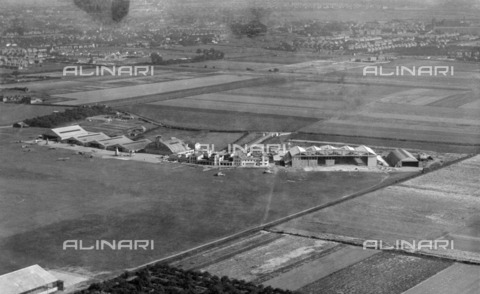 HIP-S-000266-7876 - Heston Aerodrome, Hounslow, London, 1936. Aerial view. Heston operated as an airport between 1929 and 1947 - Data dello scatto: 1936 - Historic England Archive / Heritage Images /Alinari Archives, Florence