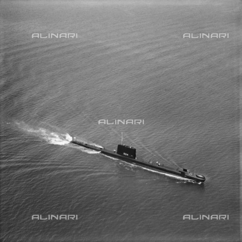 HIP-S-000266-7878 - Royal Navy submarine HMS 'Grampus' off Portsmouth, Hampshire, 1962. 'Grampus' was a Porpoise-class submarine launched in 1957. From the Aerofilms Collection - Data dello scatto: 1962 - Historic England Archive / Heritage Images /Alinari Archives, Florence