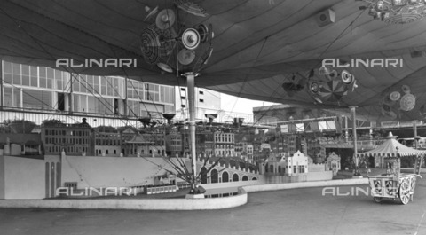 HIP-S-000266-7884 - The Seaside Pavilion, Festival of Britain, South Bank, Lambeth, London, 1951. The Seaside Pavilion with an exhibit showing a typical English seaside town, designed and displayed by Eric Brown and Peter Chamberlain - Data dello scatto: 1951 - Historic England Archive / Heritage Images /Alinari Archives, Florence