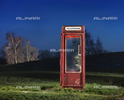 HIP-S-000266-7888 - K8 telephone kiosk, Langton Park, Wroughton, Swindon, Wiltshire, 2014. General view, lit at twilight, of a K8 telephone box, designed by Bruce Martin in1965 - Data dello scatto: 2014 - Historic England Archive / Heritage Images /Alinari Archives, Florence