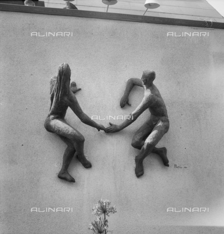 HIP-S-000266-7889 - The Sunbathers', sculpture by Laszlo Peri, Festival of Britain, South Bank, Lambeth, London, 1951. Sculpture of a man and woman holding hands on the north wall of the Station Gate of the exhibition site - Data dello scatto: 1951 - Historic England Archive / Heritage Images /Alinari Archives, Florence