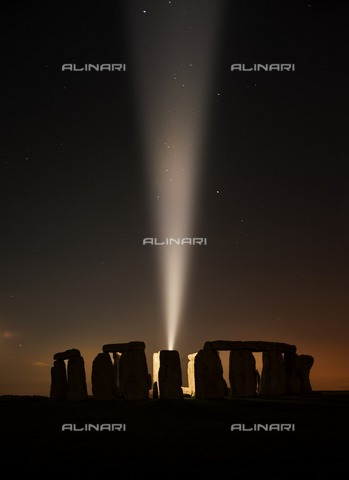 HIP-S-000266-7895 - Stonehenge, Amesbury, Wiltshire, 2014. View of Stonehenge shot after twilight with a single beam of light to mark the centenary of the outbreak of the First World War - Data dello scatto: 2014 - Historic England Archive / Heritage Images /Alinari Archives, Florence